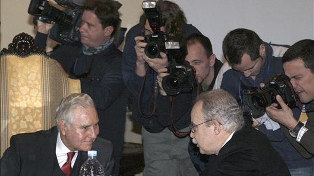 El presidente del Tribunal Supremo, Carlos Dívar (i), conversa con el presidente de la sala de lo penal del Tribunal Supermo, Juan Saavedra (d), al inicio de la reunión de la sala del 61 del Tribunal Supremo. EFE