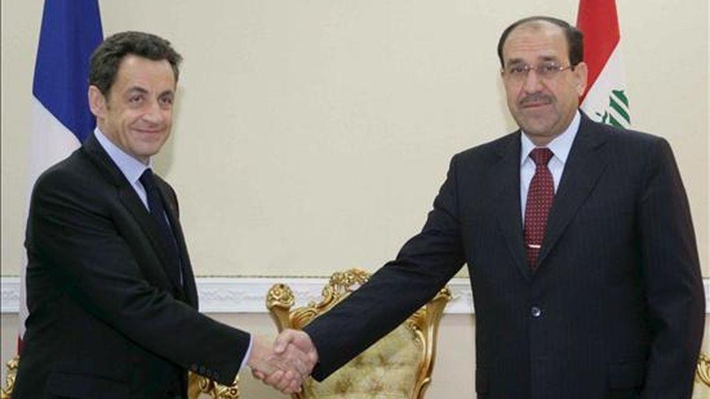 El presidente francés, Nicolas Sarkozy (izq.), estrecha la mano del primer ministro iraquí, Nuri Al Maliki, antes de la reunión celebrada hoy en Bagdad. EFE