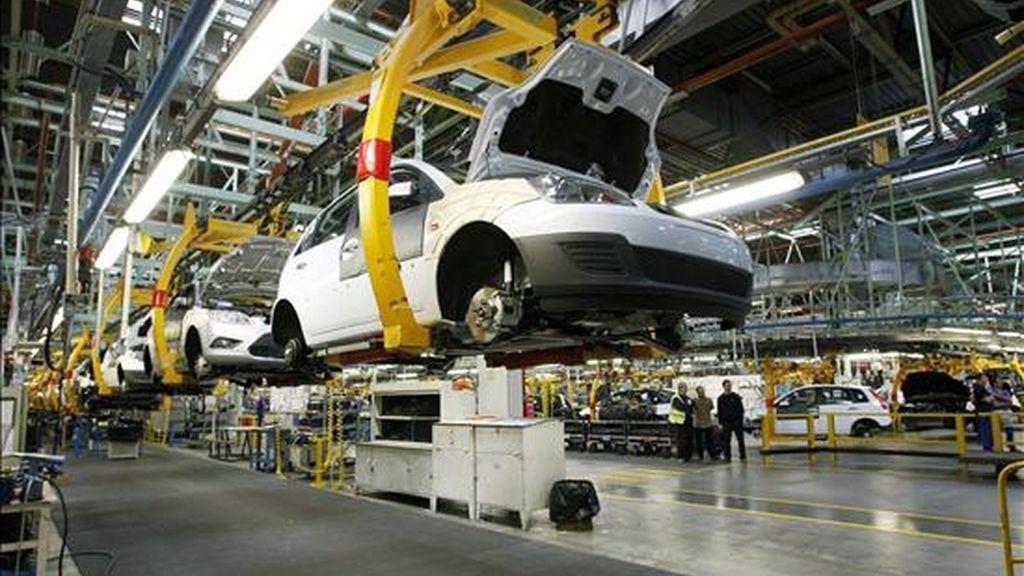 Fotografía de archivo, tomada el 04-02-08, de una cadena de montaje de la factoria de Ford en Almussafes (Valencia). EFE/Archivo