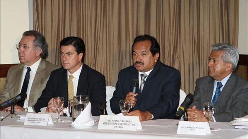 El presidente ejecutivo de la Comisión Nacional para el Desarrollo y Vida sin Drogas (DEVIDA), Rómulo Pizarro (2, d) y el subsecretario para América Latina y el Caribe de la Cancillería de México, Gerónimo Gutiérrez (2 i), participan de una conferencia de prensa sobre narcotráfico en la región en Lima, Perú. EFE