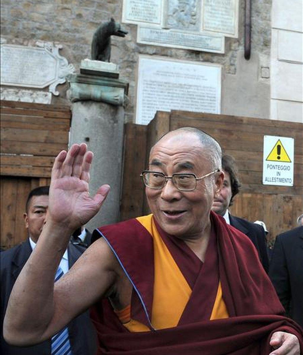 """El Dalai Lama, líder espiritual del Tíbet, saluda a su llegada al Ayuntamiento de Roma, Italia, durante el acto en el que recibió la """"ciudadanía honoraria"""" de la capital italiana, hoy, 9 de febrero. El Dalai Lama anunció hoy que está """"preparado"""" para retirarse """"en breve"""" de los asuntos políticos del Tibet, puesto que se ha consolidado """"un sistema democrático desde 2001"""". EFE"""