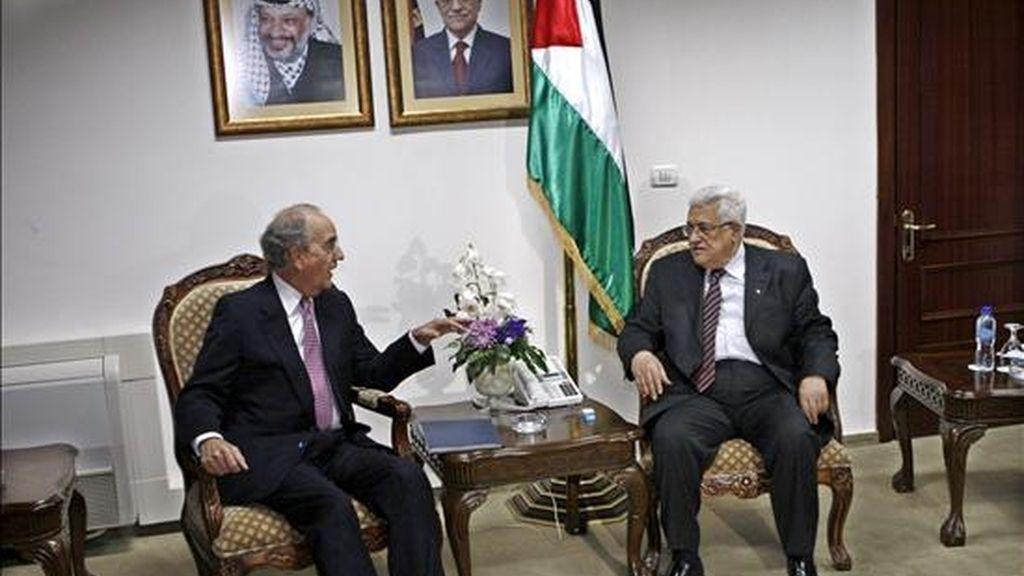 Imagen de la ultima reunión que mantuvieron en la ciudad cisjordana de Ramala el pasado 1 de octubre el enviado especial de la Casa Blanca a Oriente Medio, George Mitchell (izda), y el presidente palestino, Mahmud Abás. EFE/Archivo