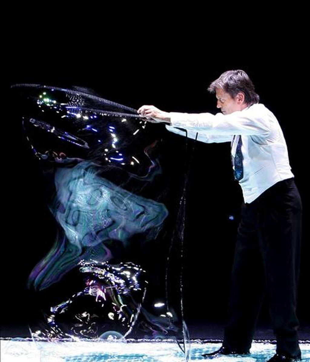 """Pep Bou, uno de los pocos artistas en utilizar pompas de jabón como principal elemento escénico, durante su espectáculo """"AtmóSfera"""". EFE/Archivo"""