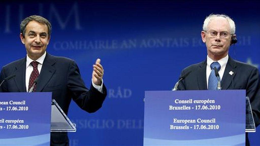 El presidente del Gobierno español, José Luis Rodriguez Zapatero (i), y el presidente del Consejo Europeo, Herman Van Rompuy. EFE/Archivo