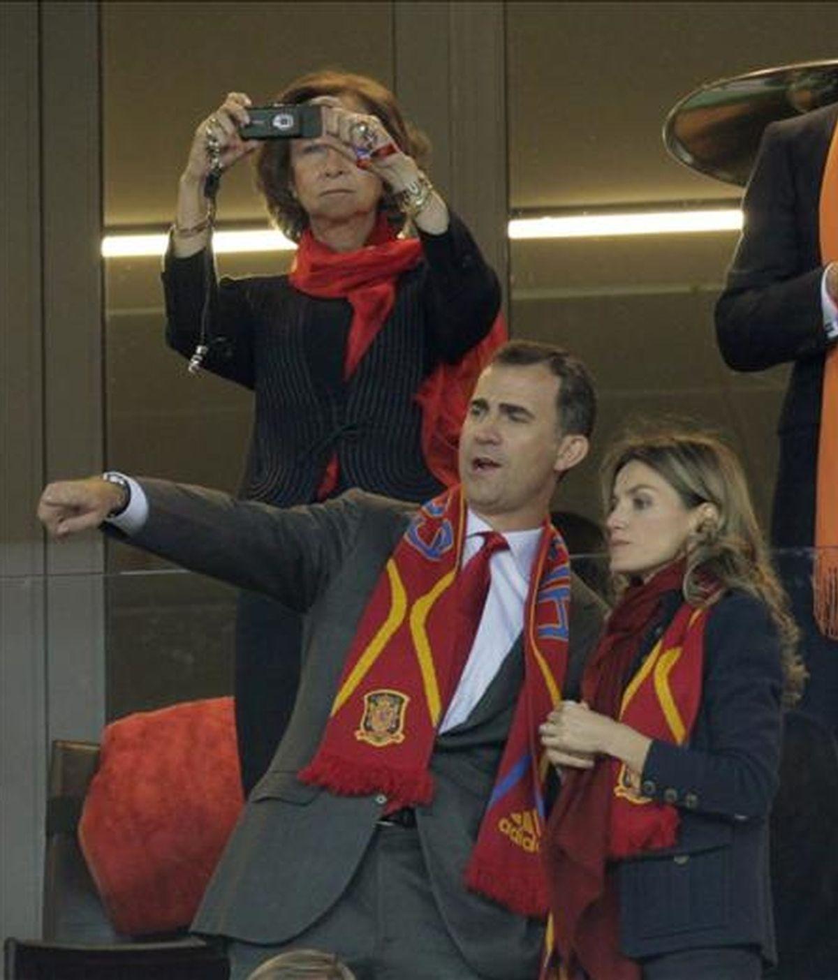 La reina doña Sofía,atrás,acompañada de los Príncipes de Asturias. Vídeo: Informativos Telecinco.