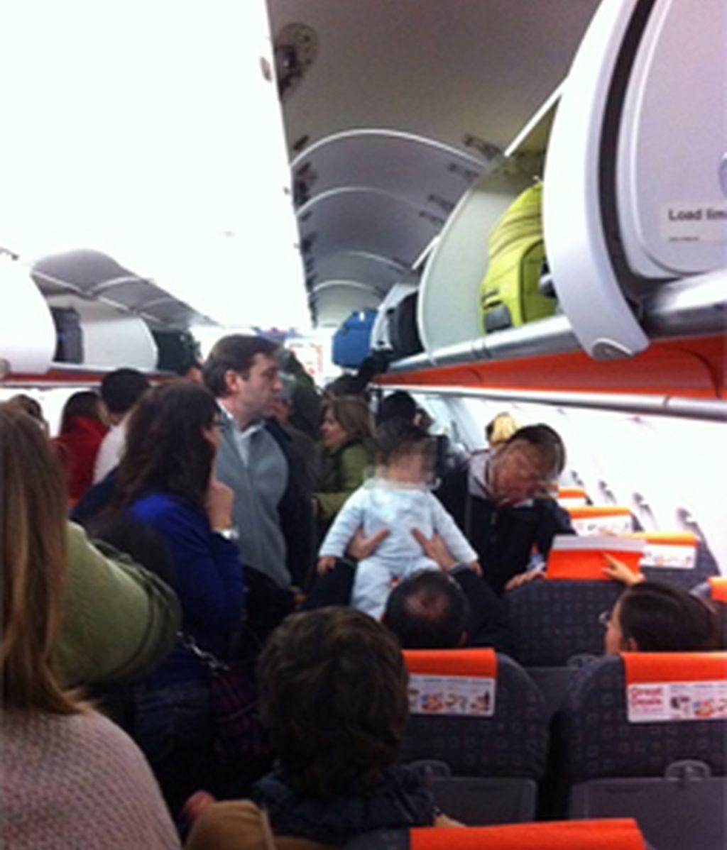 El pasajero Fernando Encinar ha colgado esta imagen del interior del avión donde permanecen tras el cierre del espacio aéreo. FOTO: Fernando Encinar