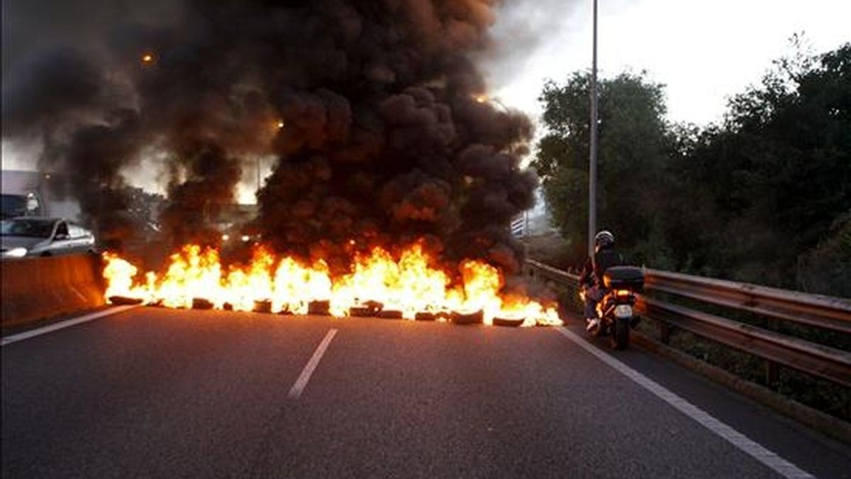 Los trabajadores del sector del metal en la provincia de Pontevedra cortaron esta mañana al tráfico el acceso a Vigo de la AP-9, donde quemaron varios neumáticos, en la primera jornada de la huelga general a la que están convocados hoy unos 40.000 trabajadores. EFE