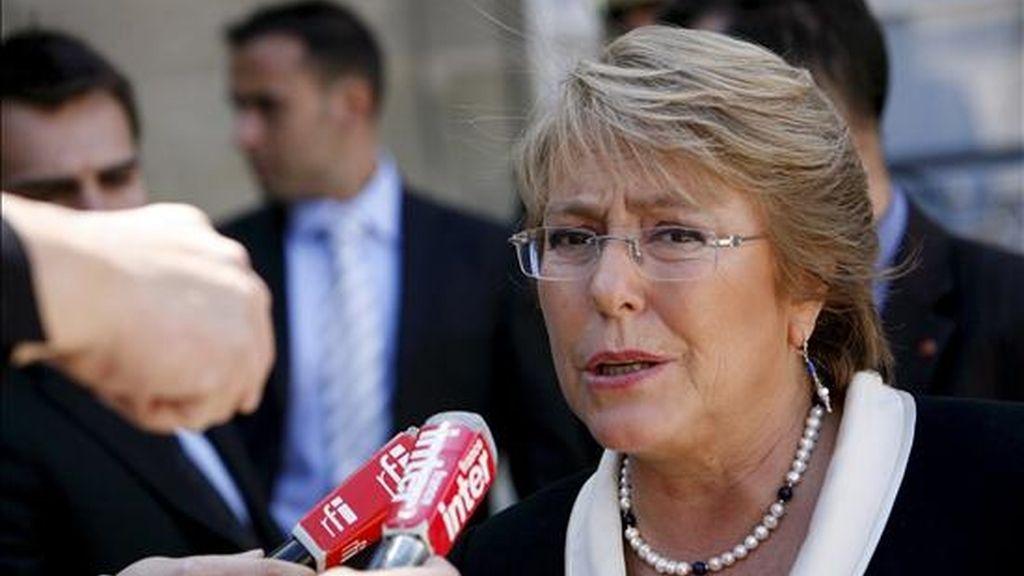 La presidenta Bachelet formó por algunos minutos una guardia de honor en torno al féretro, junto a Isabel y Carmen Paz -las hijas del matrimonio Allende-Bussi-. EFE/Archivo