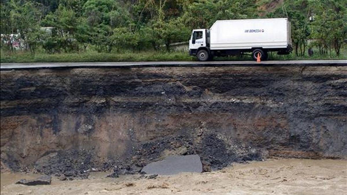 Fotografía cedida por la entidad de Protección Civil de Miranda, en la que se observa el desprendimiento que tuvo lugar en la autopista que une las localidades de Guatire y Barlovento (50 km al este de Caracas), en el Estado de Miranda (Venezuela). EFE