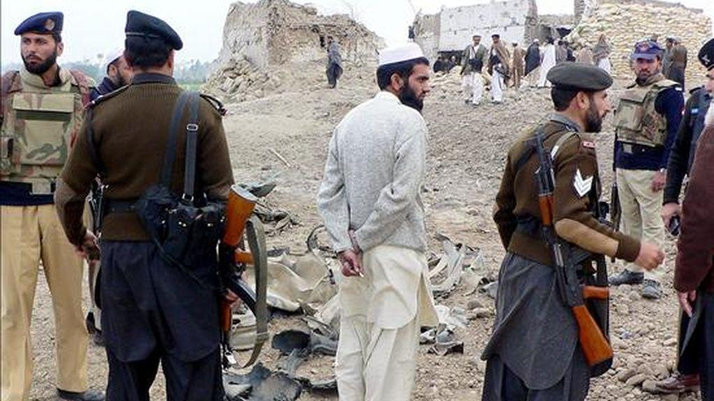 Miembros de la seguridad paquistaní inspeccionan la zona donde ayer lunes tuvo lugar un atentado suicida contra un puesto de control en Bannu. EFE