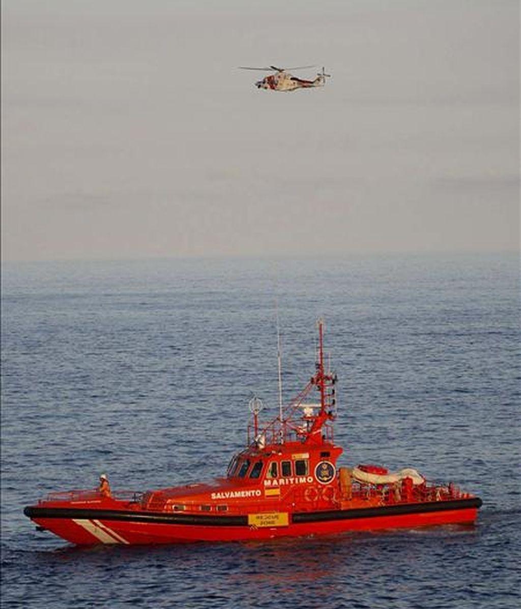 Los cuerpos de rescate buscan el cadáver del submarinista fallecido en el municipio tinerfeño de Arona. EFE