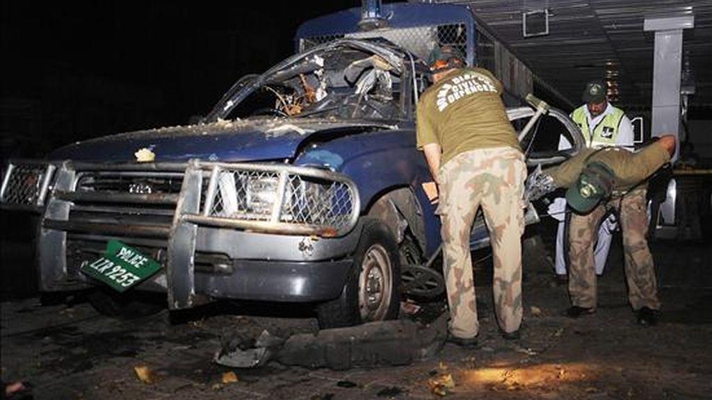 Expertos en desactivación de bombas examinan un auto de la Policía en la madrugada del pasado 24 de julio de 2010, tras el ataque de dos estaciones de policía por un grupo de desconocidos en Lahore (Pakistán). EFE/Archivo