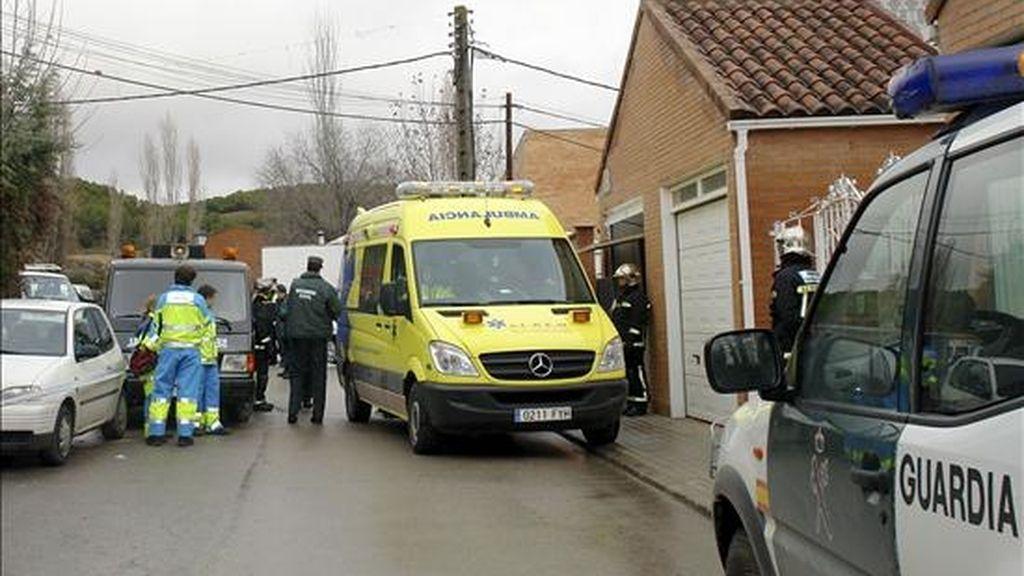 Una ambulancia junto a la vivienda de la localidad madrileña de Valdilecha en la que un hombre de 46 años y una mujer de 44 han fallecido hoy al parecer por inhalación de monóxido de carbono procedente de la mala combustión de la caldera de la vivienda. EFE