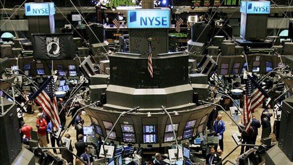 El índice Dow Jones de Industriales perdió hoy 34,01 puntos y se situó en 8.438,39 unidades. EFE/Archivo
