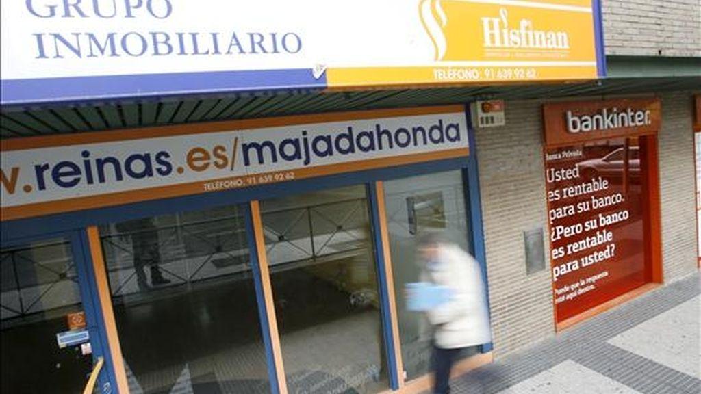 En la imagen, un oficina bancaria junto a una inmobiliaria en Madrid. EFE/Archivo