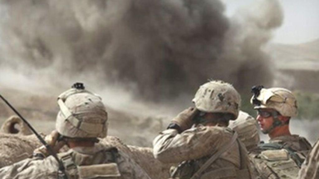 Soldados norteamericanos comtemplan la explosión producida en un bombardeo durante la operación que se está llevando a cabo en la provincia de Helmand. Foto: AP