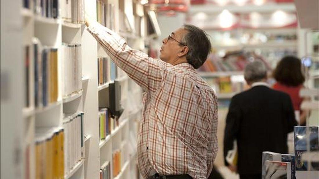 Fotografía del pasado 30 de noviembre en la que se registró a un visitante de la XXIV Feria Internacional del Libro de Guadalajara. EFE