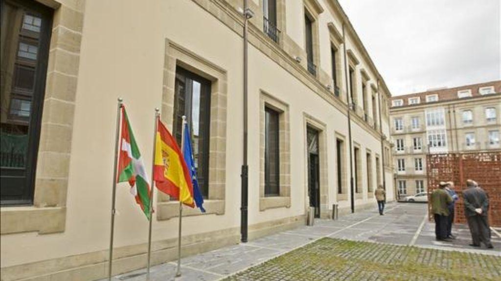 """Las banderas europea, española y la ikurriña ondean por primera vez en la puerta principal del Parlamento Vasco en Vitoria, con lo que la Cámara cumple la sentencia del Supremo que ordenaba que la bandera española debe ondear """"de manera permanente"""" en el exterior de la sede del Parlamento vasco y ocupar un """"lugar preferente"""" en el interior del edificio. EFE"""