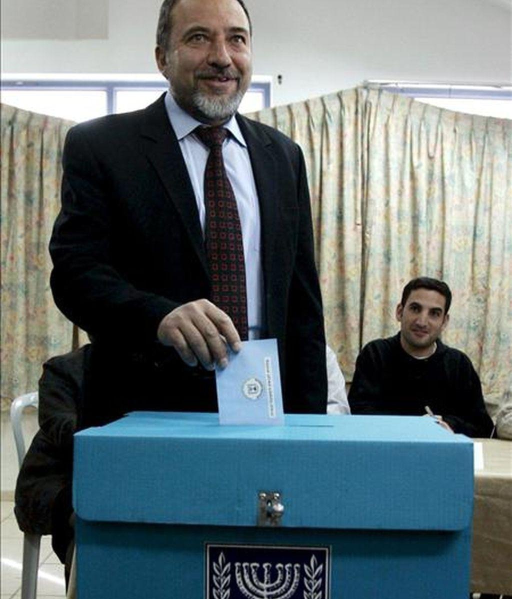 El líder del partido de extrema derecha Yisrael Beiteinu (Israel Nuestro Hogar), Avigdor Lieberman, deposita su voto en un colegio electoral en el asentamiento judío cisjordano de Nokim. EFE