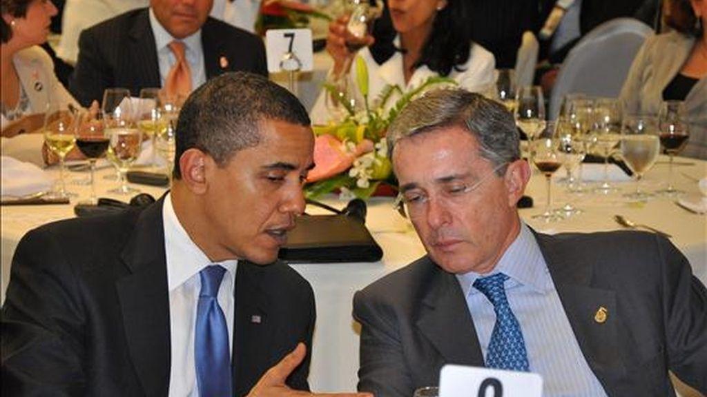 Imagen del presidente de Estados Unidos, Barack Obama (i), junto a su homólogo de Colombia, Álvaro Uribe, durante la Quinta Cumbre de las Américas. EFE/Archivo