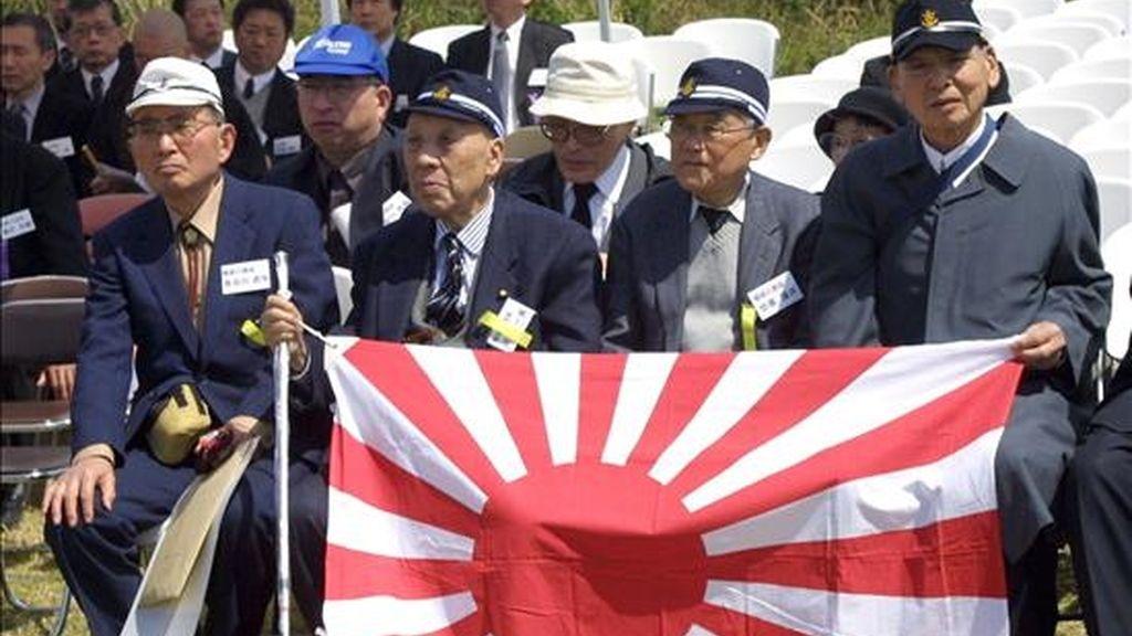 Veteranos japoneses de la Segunda Guerra Mundial y supervivientes de la batalla de la isla de Iwo Jima, participan una ceremonia de aniversario de este suceso. EFE/Archivo