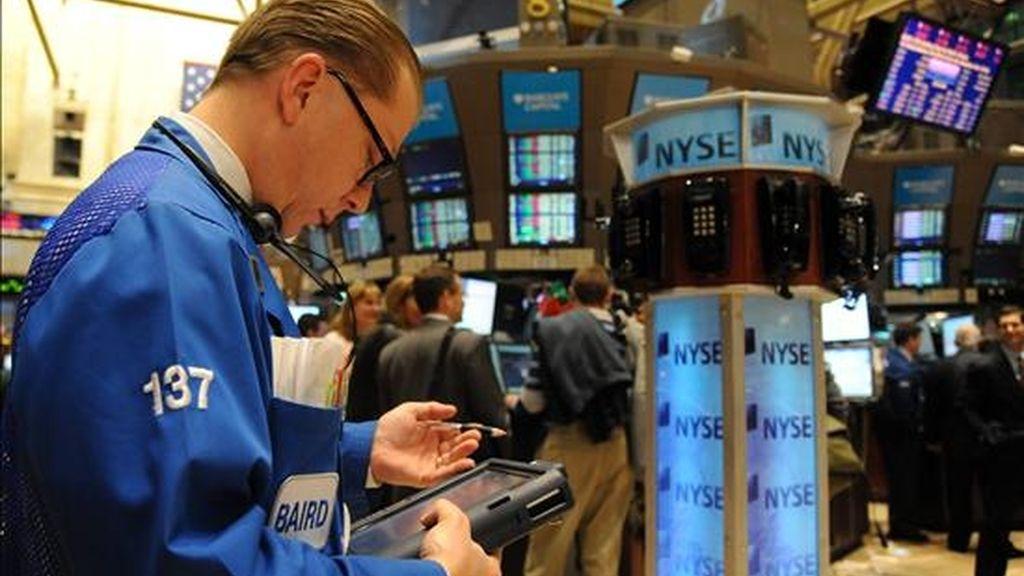 El Dow Jones de Industriales restó 46,47 puntos para acabar en 11.006,02 unidades, el selectivo S&P 500 bajó un 0,61% y el índice compuesto del mercado Nasdaq cedió un 1,07%.  EFE/Archivo