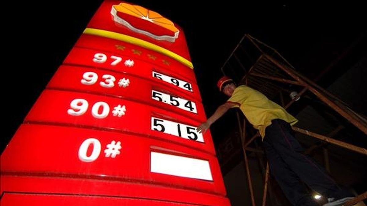 En un plazo de doce meses, el precio del barril de petróleo WTI podría llegar a 90 dólares, 20 dólares más de lo previsto por este banco con anterioridad, mientras que en 2010 alcanzaría hasta 95 dólares. EFE/Archivo