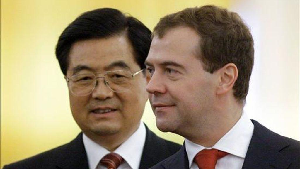 Los presidentes de Rusia, Dmitri Medvédev (dcha.), y China, Hu Jintao, hoy en Moscú. EFE