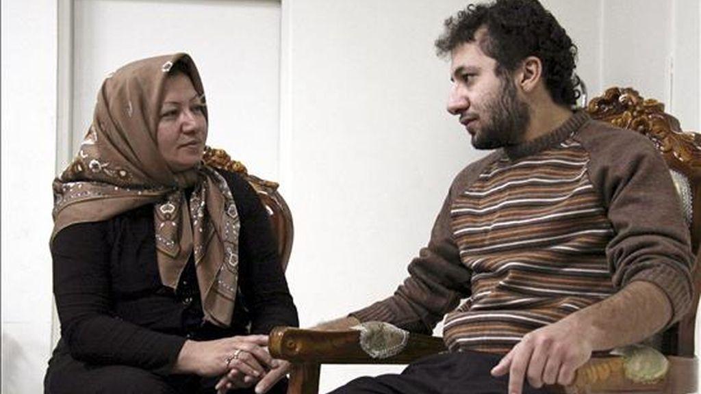 Imagen cedida por la cadena iraní Press TV ayer de Sakineh Mohammadi Ashtiani, ciudadana iraní condenada a morir lapidada por cometer adulterio, conversando con su hijo en un lugar no revelado de Tabriz, noroeste de Irán. EFE/PRESS TV
