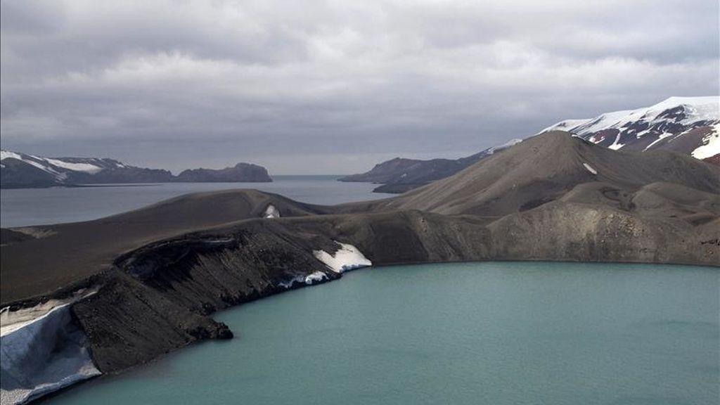 Fotografía facilitada por el CSIC de la caldera volcánica de la Isla Decepción, una de las más activas de la Antártida y actualmente ocupada por el mar. EFE/Archivo