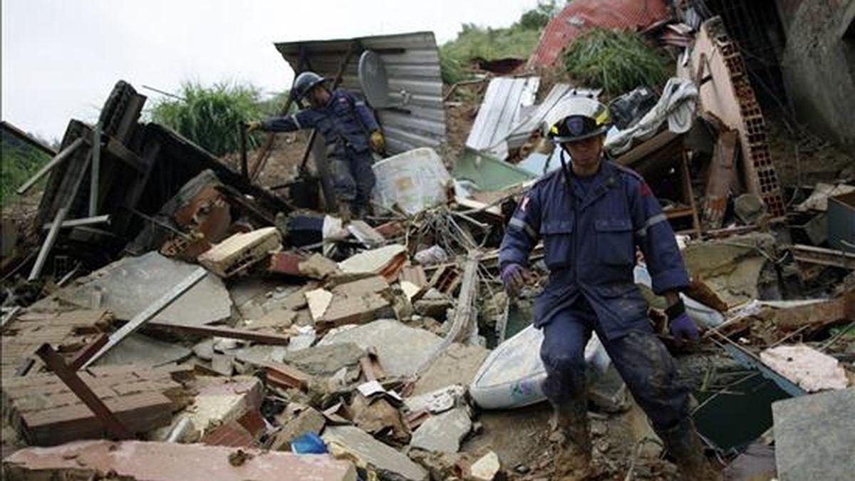 Un grupo de bomberos trabaja en el derrumbe de varias viviendas en la Parroquia Catia, en Caracas, Venezuela. EFE