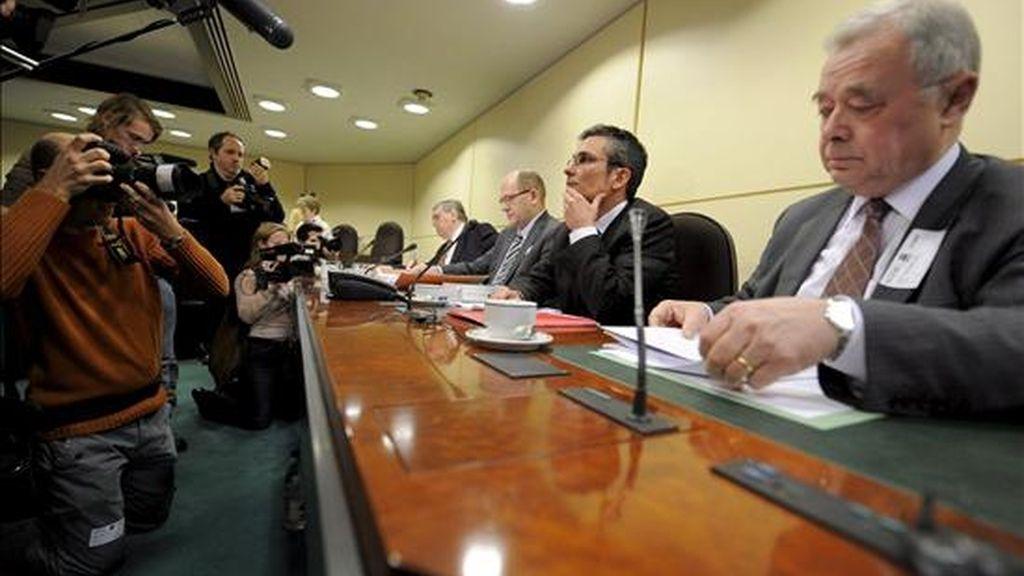"""El experto de la universidad de Bruselas VUB, Jean Dujardin (izda), el de la universidad de Lieja Adrien Masset (2i), el de la universidad católica de Louvain-la-Neuve UCL, Jean Francois Van Droogenbroeck (2d), y el de la universidad Leuven KUL, Frans Vanistendael, durante el comienzo de la comisión parlamentaria encargada de investigar si el Gobierno belga intentó influir en la decisión de un tribunal sobre el llamado """"caso Fortis"""", en Bruselas, Bélgica, el 3 de febrero de 2009. EFE"""