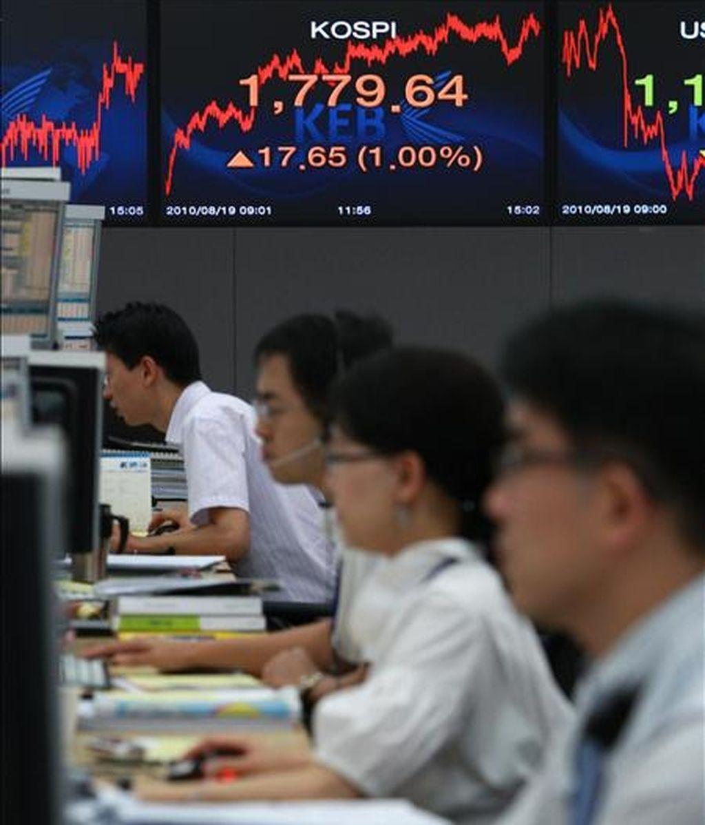 Varios agentes trabajan e nla Bolsa de Seúl (Corea del Sur). EFE/Archivo
