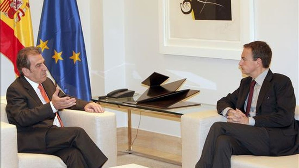 El presidente del Gobierno, José Luis Rodríguez Zapatero (d), y el ex presidente de Chile Eduardo Frei durante la reunión que han mantenido hoy en el Palacio de la Moncloa. EFE