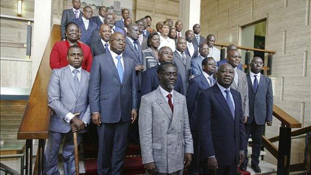 El autoproclamado nuevo presidente de Costa de Marfil, Laurent Gbagbo, (frente-der), posa con los integrantes de su nuevo gabinete y con el nuevo primer ministro Gilbert Ake N'gbo (frente-izq) en una escalinata del palacio presidencial en Abiyán, Costa de Marfil. EFE/Archivo