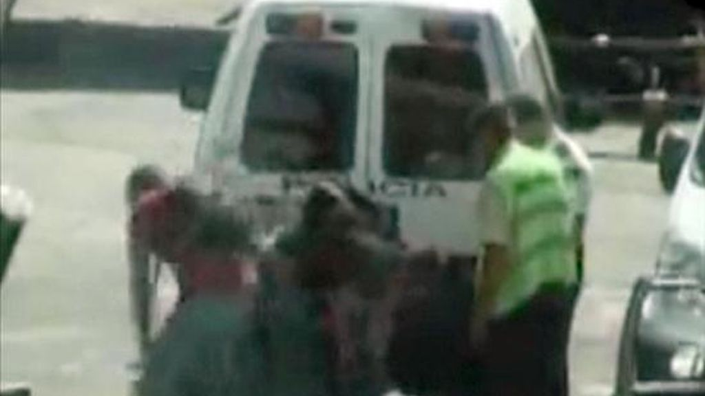 Imagen del vídeo en el que varios policías inmovilizaban en el aeropuerto de Madrid-Barajas a un ciudadano senegalés que iba a ser expulsado a su país. EFE/Archivo