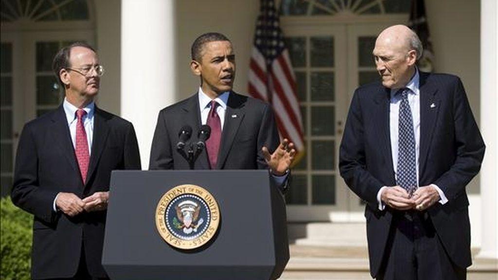 Imagen del presidente de EE.UU., Barack Obama (c), con los copresidentes de la comisión federal, Alan Simpson (i) y Erskine Bowles (d) el pasado 27 de abril de 2010. EFE/Archivo