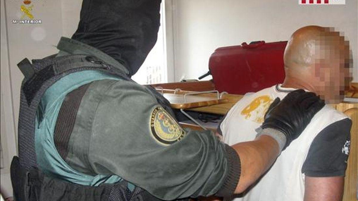 Los Mossos d'Esquadra y la Guardia Civil han detenido a 19 personas en una operación que ha permitido desarticular una red a la que se atribuyen más de 150 robos de vehículos de gama alta y asaltos a turistas en autopistas del arco mediterráneo, en el tramo entre Girona y Alicante. EFE