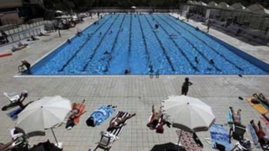 Las piscinas, la mejor forma de pasar las horas de mayor calor en la capital. Foto: EFE.