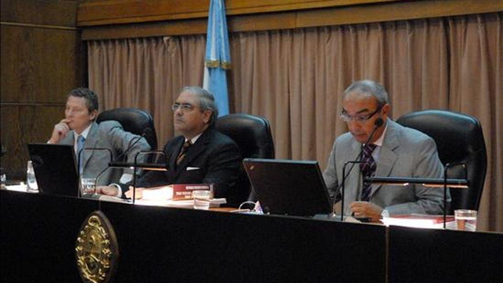 Los jueces del Tribunal Oral Federal Ricardo Farías (i), Daniel Obligado (c) y Guillermo Gordo (d) participan en el juicio por 120 secuestros y desapariciones durante la última dictadura militar al general retirado Jorge Olivera en Buenos Aires (Argentina). EFE