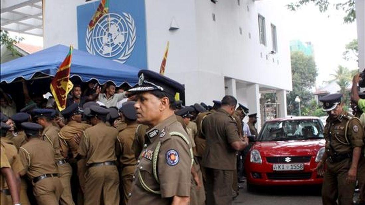 Fotografía del pasado 6 de julio en la que se registró a varios policías enfrentados a un grupo de manifestantes frente a las oficinas de las Naciones Unidas, en Colombo, Sri Lanka. El secretario general de la ONU, Ban Ki-moon, llamó a consultas al coordinador de la ONU en este país, Neil Buhne. EFE