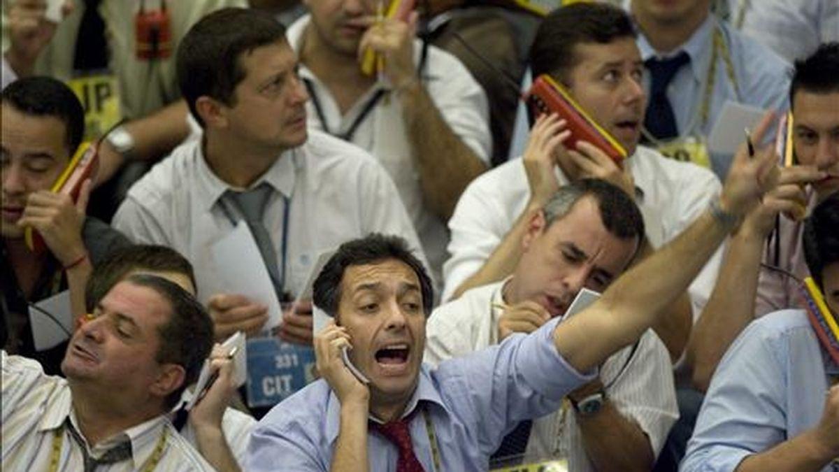 Operadores negocian las acciones de los contratos futuros en la Bolsa de Valores, Mercaderías y Futuros (BM&FBovespa) de Sao Paulo (Brasil), donde por segundo día consecutivo se acentuaron las pérdidas y cerró con un retroceso del 2,12% en su índice Ibovespa. EFE