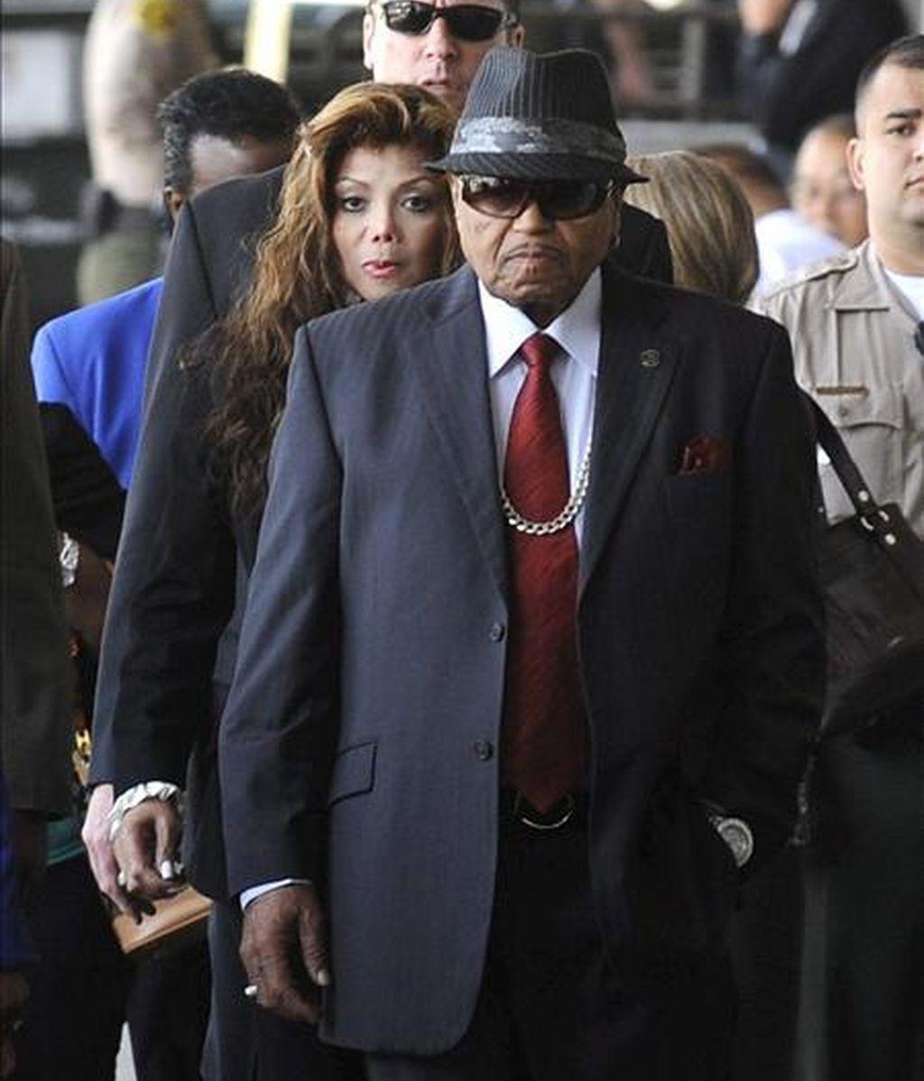Joe Jackson, (delante), LaToya Jackson (detrás), padre y hermana del fallecido Michael Jackson. EFE/Archivo
