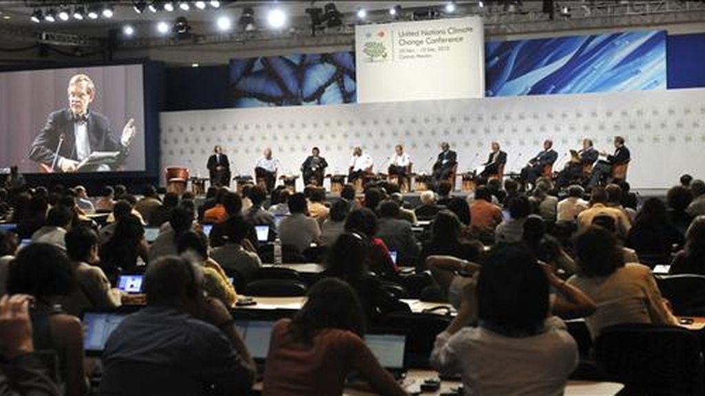 """Vista general del foro """"La lucha en contra del cambio Climatico: Cuál será nuestro legado?"""", en el marco de la XVI Conferencia de las Partes de la ONU sobre Cambio Climático en Cancún (México). EFE"""
