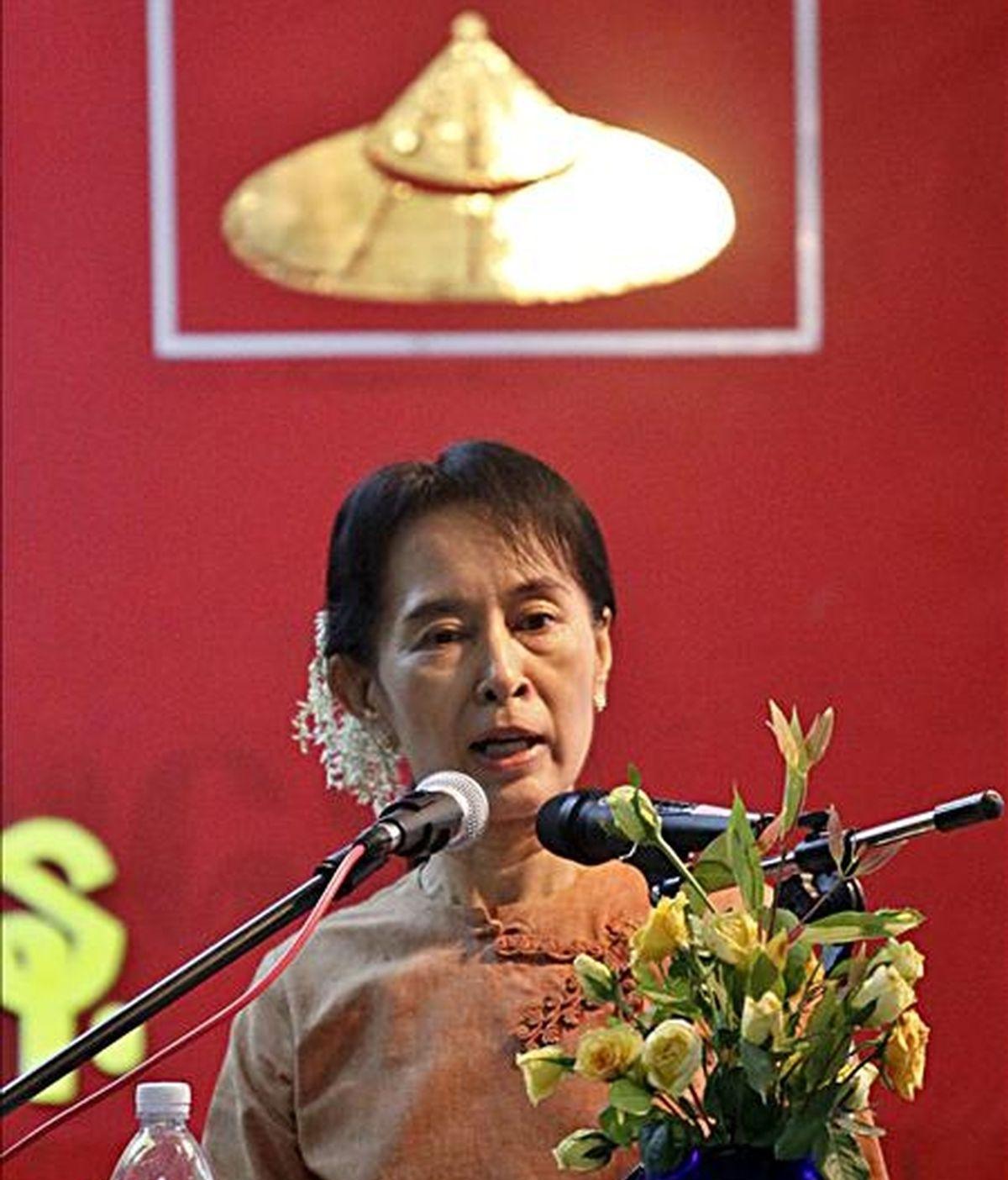 La premio Nobel de la Paz, jefa del movimiento democrático birmano y secretaria general de la Liga Nacional por la Democracia (LND), Aung San Suu Kyi, habla durante un acto con motivo de 90 Día Nacional en la sede de la LND en Rangún, Birmania, hoy, 1 de diciembre de 2010. EFE