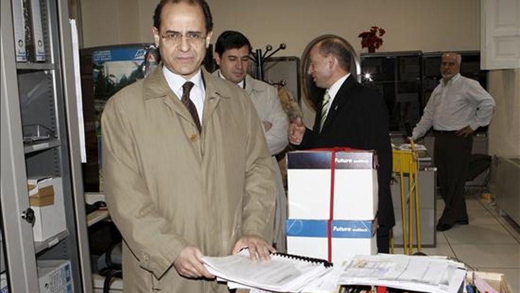 El abogado general del Estado, Joaquín de Fuentes Bardají, presenta los escritos de impugnación hoy ante el Tribunal Supremo de las candidaturas de Askatasuna y Demokrazia 3 Milioi (D3M) a las elecciones vascas del 1 de marzo. EFE