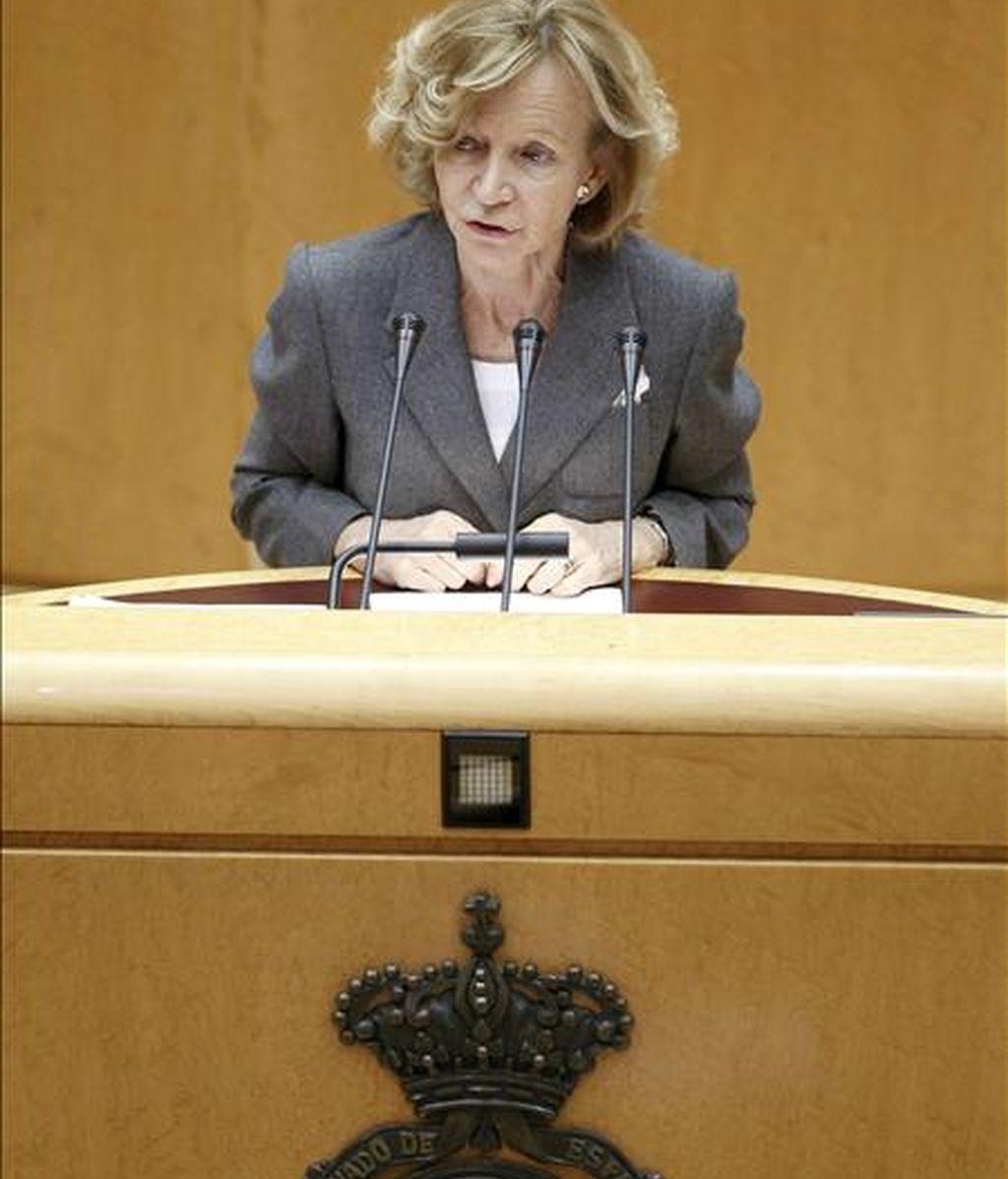 La vicepresidenta segunda del Gobierno, Elena Salgado, durante una de sus intervenciones en el pleno del Senado, donde hoy se debaten los cinco vetos presentados por PP, CiU, ERC, ICV y BNG al proyecto de Ley de los Presupuestos Generales del Estado de 2011. EFE