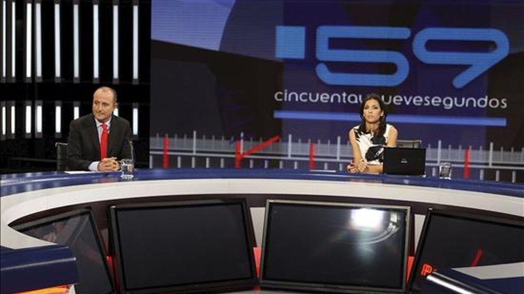 El Ministro de industria, turismo y comercio, Miguel Sebastián (i) y la periodista Ana Pastor, durante el programa de Televisión Española de debate político, emitido en desde el Aula Magna de la Facultad de Derecho de la Universidad Complutense de Madrid. EFE.