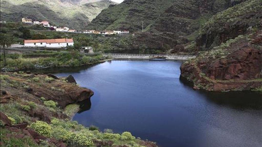 La presa de Izcague, en el barranco de San Sebastián, situada entre los embalses de Chejelipes y Palacios, en San Sebastián de la Gomera. EFE/Archivo