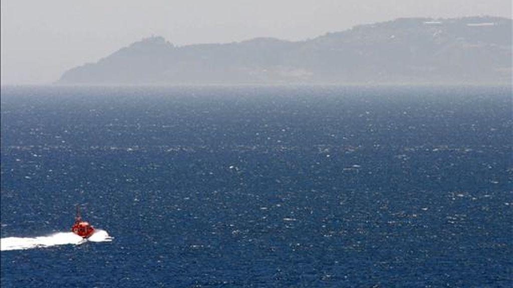 Una embarcación de Salvamento Marítimo en tareas de búsqueda de 18 inmigrantes desaparecidos que viajaban en una patera que naufragó el 4 de junio cerca de Tarifa (Cádiz). EFE